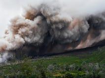 Дым и зола от вулкана Sinabung получать вдоль стороны стоковая фотография rf