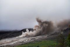Дым и зола от вулкана Sinabung получать вдоль стороны стоковые изображения rf