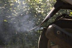 Дым от выхлопной трубы мопеда Стоковые Изображения RF