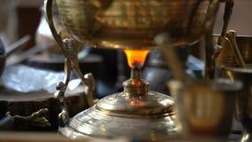 Дым от гореть ароматичную горелку ладана для традиционной ароматерапии сток-видео