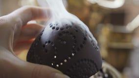 Дым от гореть ароматичную горелку ладана для традиционной ароматерапии акции видеоматериалы