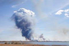Дым от крупного пожара Стоковые Изображения