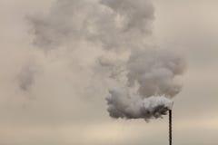 Дым от печной трубы на темном облачном небе Стоковые Изображения