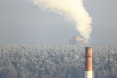 Дым от печной трубы на холодный зимний день Стоковые Изображения