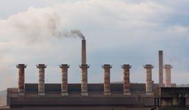 Дым от печных труб в металлургическом предприятии Стоковое Изображение RF