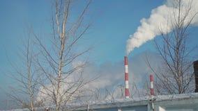 Дым от фабрики за колючей проволокой сток-видео