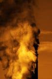 Дым печной трубы дымовой трубы фабрики пронзительный в воздух Стоковое Фото