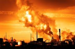 Дым печной трубы дымовой трубы фабрики пронзительный в воздух Стоковая Фотография RF