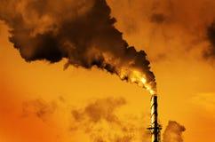 Дым печной трубы дымовой трубы фабрики пронзительный в воздух Стоковое фото RF