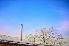 Дым приходит от печной трубы дома Труба на крыше chimney улица toronto деревенского дома Канады Дом с печной трубой Дым стоковые фото
