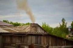 Дым приходит от печной трубы дома Труба на крыше chimney улица toronto деревенского дома Канады Дом с печной трубой Дым стоковое фото rf