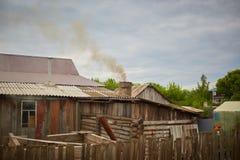 Дым приходит от печной трубы дома Труба на крыше chimney улица toronto деревенского дома Канады Дом с печной трубой Дым стоковая фотография rf