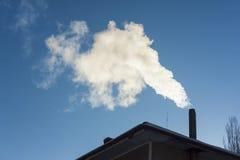 Дым приходя из печной трубы дома Стоковая Фотография RF