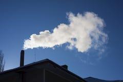 Дым приходя из печной трубы дома Стоковые Изображения