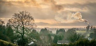 Дым приходя от печной трубы фабрики стоковое фото rf