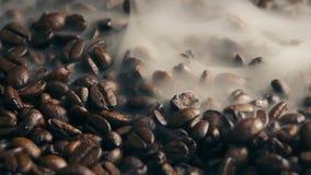 Дым развеваясь над зажаренными в духовке кофейными зернами видеоматериал