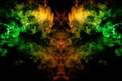 Дым различных зеленых, желтых, оранжевых и красных цветов в форме ужаса в форме головы, стороны и глаза с крыльями дальше иллюстрация вектора