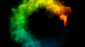Дым цвета радуги пропуская в черноте круга акции видеоматериалы