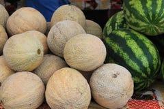 Дыни для продажи на рынке фермеров Тихий Океан северо-западном стоковое изображение