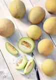Дыни galia Cantalupe на деревянном столе стоковое фото