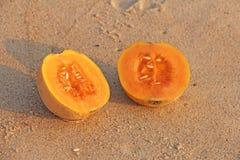Дыня отрезка апельсина с семенами внутрь 2 половины красивого я Стоковое Изображение RF