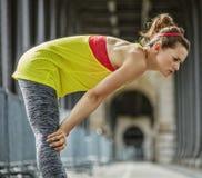 Дыхание активной женщины заразительное после тренировки на мосте в Париже Стоковые Фотографии RF