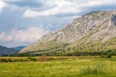 Дыхание принимая ландшафт стороны горы стоковые изображения rf