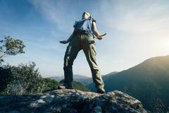 Дыхание Backpacker край скалы свежего воздуха стоковая фотография rf