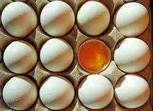 Дюжина из белых яичек с открытое одним Стоковое Изображение RF
