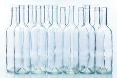 Дюжина пустых бутылок аранжировали моду доски Стоковые Фото