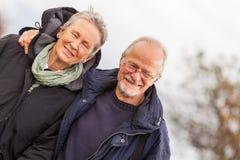 Дюны Балтийского моря счастливых зрелых пар расслабляющие стоковое фото
