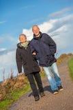 Дюны Балтийского моря счастливых зрелых пар расслабляющие стоковое изображение rf