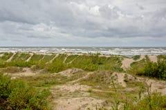 Дюны вдоль Балтийского моря на пасмурный день Стоковое фото RF