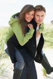 дюны давая детенышей женщины piggyback человека Стоковое Фото