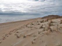 Дюны и океан Гаттераса накидки под облачными небесами Стоковые Фотографии RF