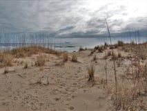Дюны и океан Гаттераса накидки под облачными небесами Стоковые Изображения RF