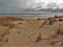 Дюны и океан Гаттераса накидки под облачными небесами стоковое фото rf