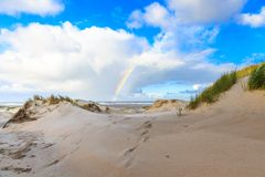 Дюны на голландском Северном море плавают вдоль побережья на IJmuiderslag с нашивками ветра широкими в песке Стоковые Фотографии RF