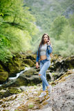 Длинная женщина волос представляя в горах Стоковое Изображение RF