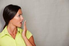 Длинная женщина волос с рукой к рту Стоковая Фотография RF