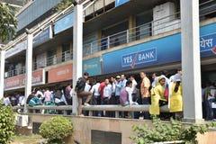 Длинная очередь людей вне банков для того чтобы депозировать старые примечания 500 и 1000 валюты и получить новую валюту Стоковое Изображение