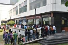 Длинная очередь людей вне банков для того чтобы депозировать старые примечания 500 и 1000 валюты и получить новую валюту Стоковое фото RF