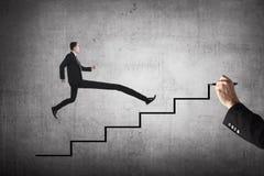 Длинная персона дела ноги скачет к самой высокой лестнице Стоковое Фото