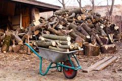 Длинная древесина на предпосылке холма спилила древесину Стоковые Изображения RF