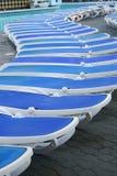Длинная строка пустого Sunbeds бассейном Стоковое Изображение