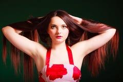 Длинная с волосами женщина создавая coiffure Стоковые Изображения RF