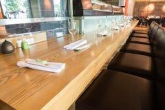 Длинная таблица в уютном кафе Стоковая Фотография RF