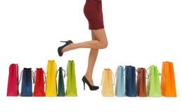 Длинние ноги с хозяйственными сумками Стоковые Фото