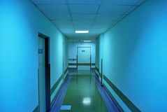 Длинний коридор в больнице Стоковые Фотографии RF