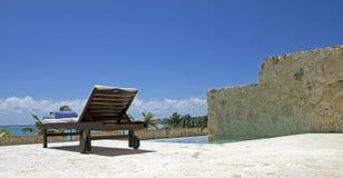 Тропический длинний стул Стоковая Фотография